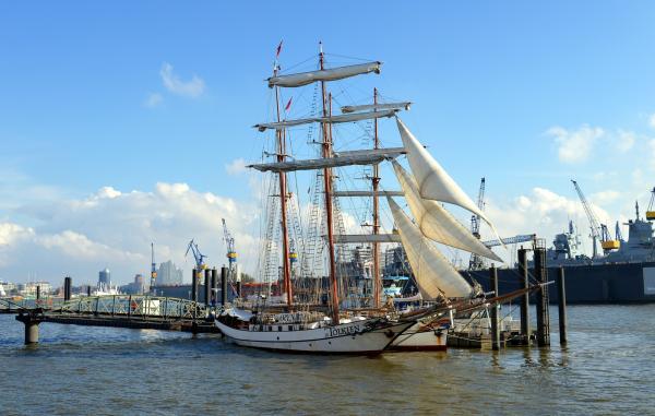 Segelschiff am Traditionsschiffhafen Sandtorkai am Hamburger Hafen